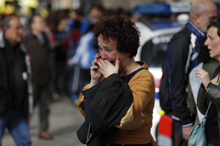 Barcelona: menor irrumpe en escuela con ballesta y mata a profesor