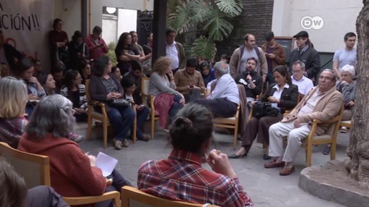 Además de protestas masivas, chilenos organizan cabildos ciudadanos