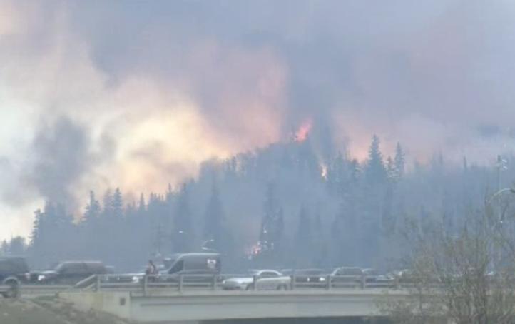 Más de 80 mil canadienses son evacuados por fuerte incendio en Canada