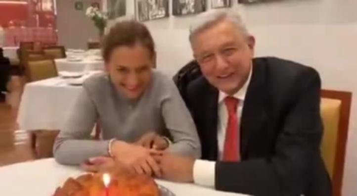 Festeja AMLO a su esposa, Beatriz Gutiérrez, en restaurante
