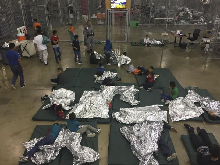 Cientos de niños migrantes aguardan en instalación de EU