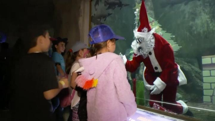 Santa Claus buzo alegra a los niños en Guadalajara
