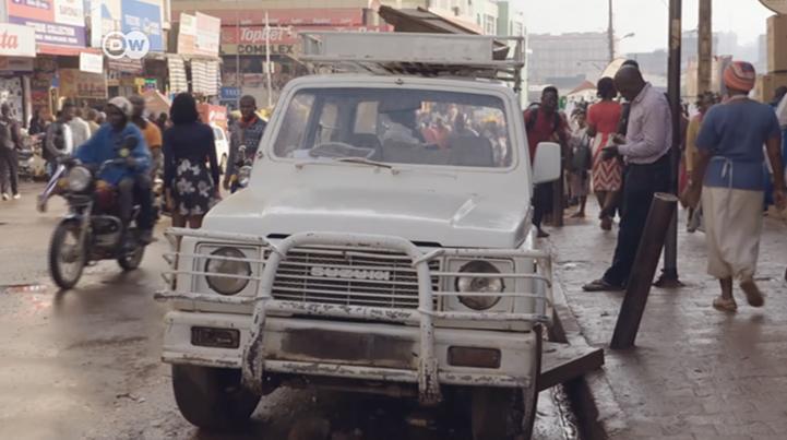 Uganda prohíbe la importación de autos viejos