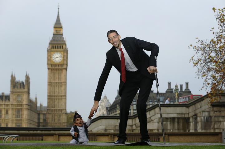 Se conocen el hombre más alto y el más pequeño del mundo