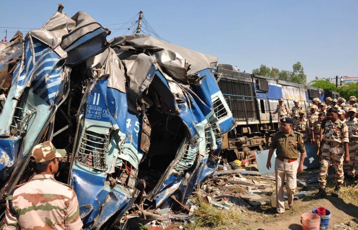 Mueren 31 personas en accidente de tren en India