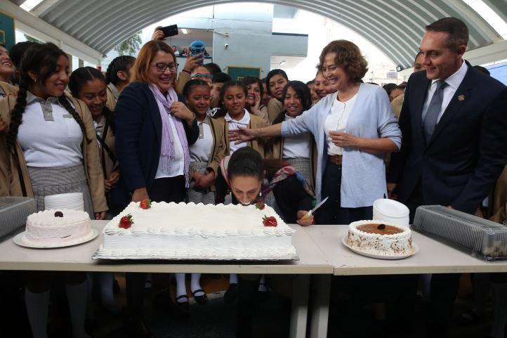 Alumnos de Cuajimalpa festejan a Sheinbaum en su cumpleaños