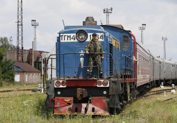 Tren con restos de víctimas de avión malasio llega a base ucraniana