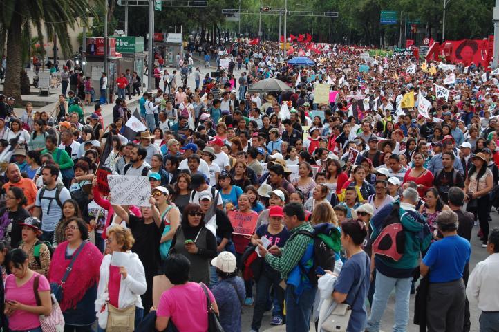Multitudinaria marcha en apoyo a la CNTE