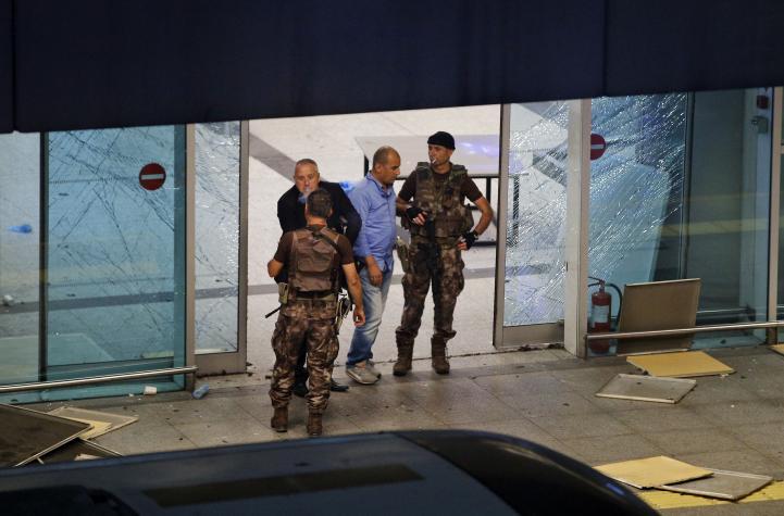Atentado en aeropuerto de Estambul cobra la vida de 28 personas
