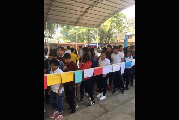 Alumnas en Chiapas colocan tendedero de acoso