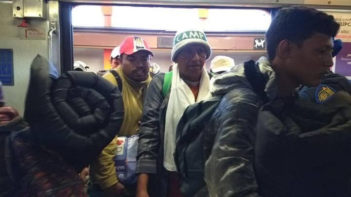 Migrantes viajan en Metro en la CDMX