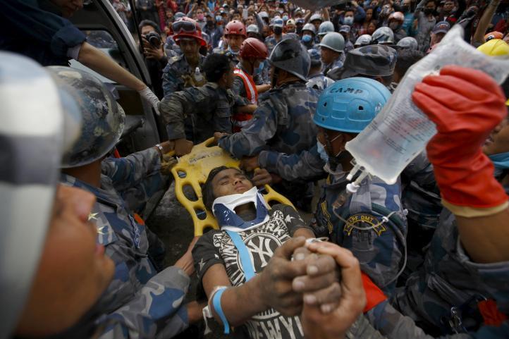 Rescatan a dos sobrevivientes en capital de Nepal a cinco días del terremoto