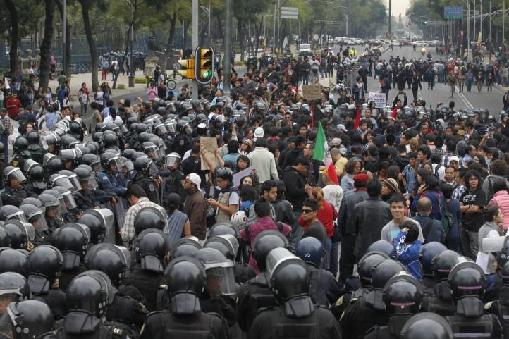 Cercados por policías, miles marchan contra alza al Metro y la reforma energética