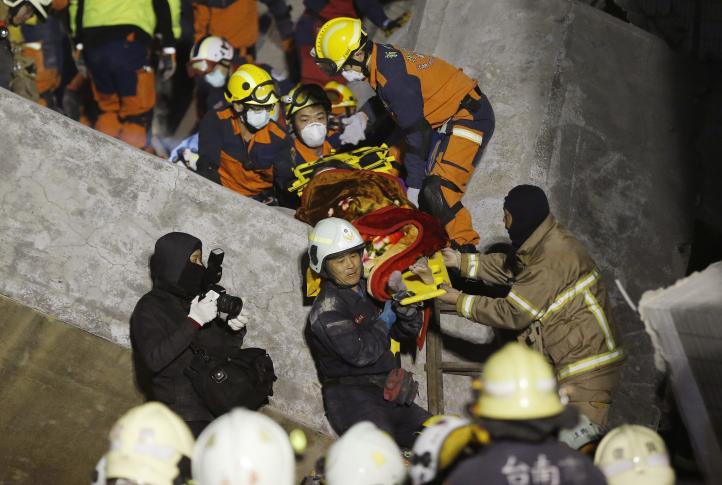 Rescatan a sobrevivientes 2 días después de sismo en Taiwán