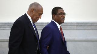 Cosby y su acusadora en la corte por sentencia