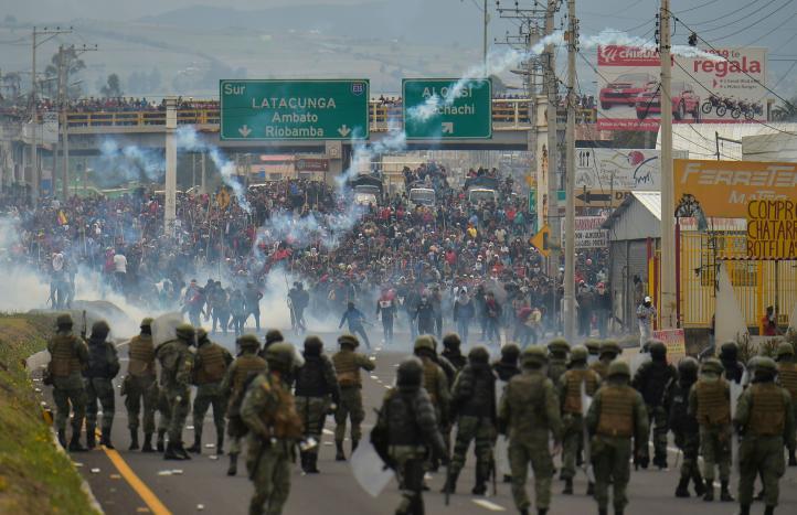 Manifestantes mantienen bloqueos carreteros en casi todo Ecuador