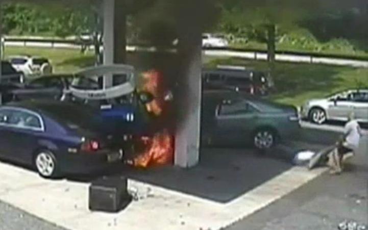 Policia rescata de incendio a automovilista