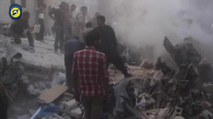 Rescatan a niño de entre los escombros tras ataques rusos