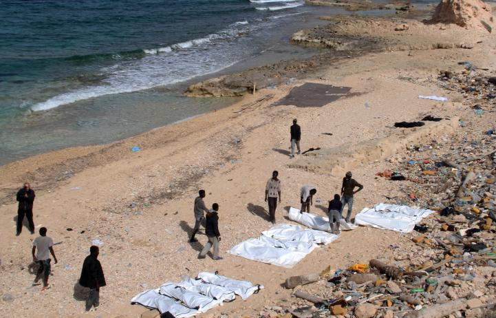 Hallan decenas de cadáveres de migrantes en playa de Libia