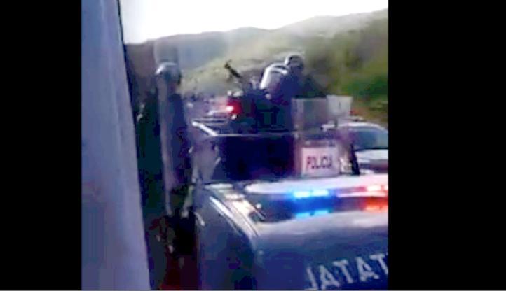 Policías estatales persiguen y disparan gas lacrimógeno contra normalistas