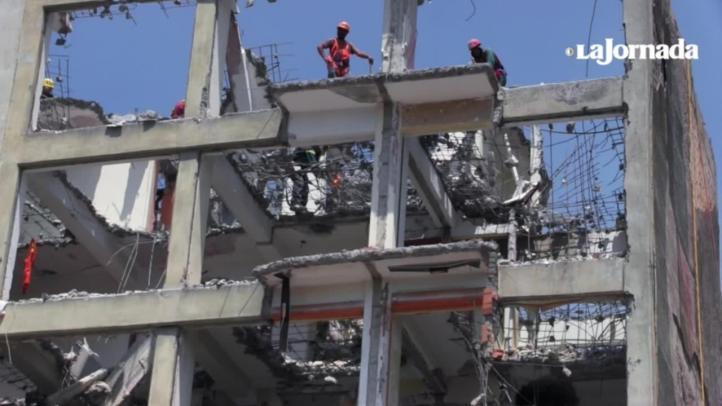 'Los Demoledores', quienes derriban inmuebles dañados por el 19/S
