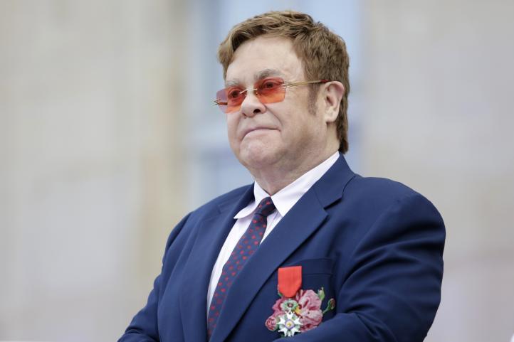 Elton John cumple 73 años a la espera de reanudar su gira de despedida
