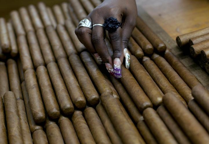 EU elimina restricciones al cigarro y ron cubanos