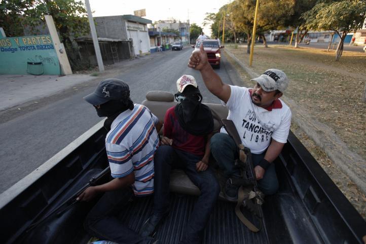 A claxonazo limpio entran las autodefensas a Apatzingán,  nido 'templario'