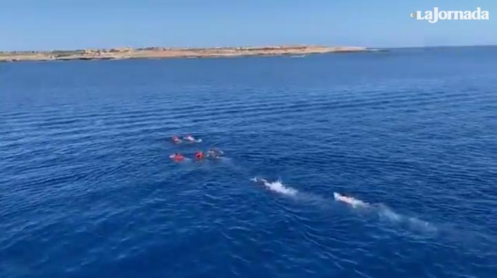 Desesperados, migrantes se lanzan al agua, desde el barco de Open Arms