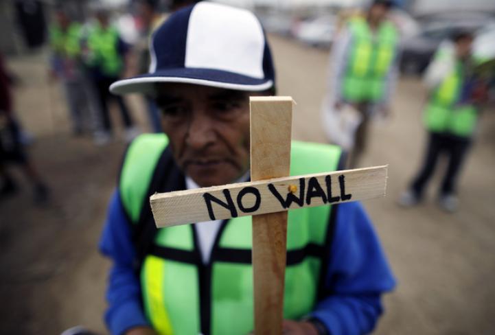 Entre protestas, revisa Trump modelos de muro