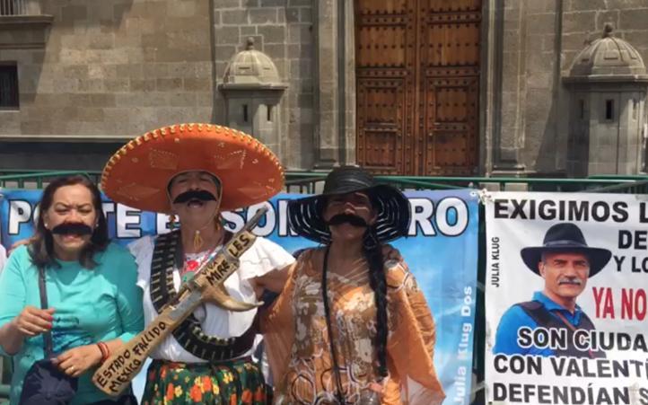Exigen libertad de Mireles frente a Palacio Nacional
