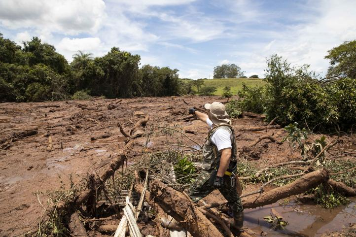 Lodo obstaculiza rescate tras derrumbe de presa en Brasil