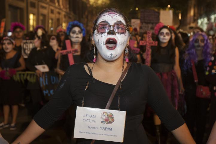 """""""Ni un feminicidio más"""", el grito en Día de Muertos"""