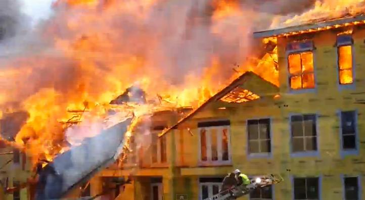 Captan en video rescate de hombre atrapado en incendio en Houston