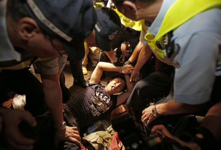 Manifestantes y vecinos partidarios de Beijing se enfrentan en Hong Kong