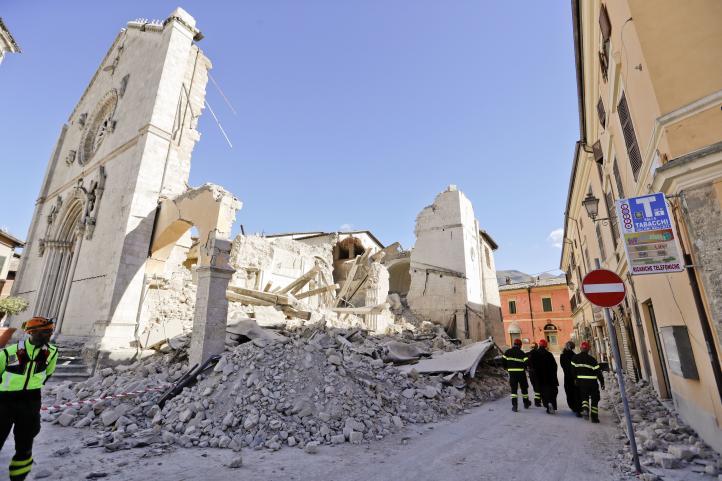 Miles de damnifcados por sismo en Italia
