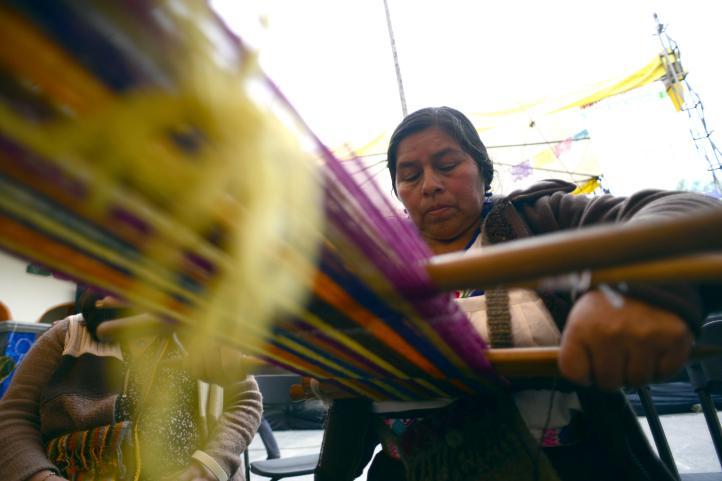 Indígenas de Zongolica subsisten con la venta de sus tejidos