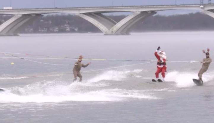 Santaclós se pasea en el Río Potomac
