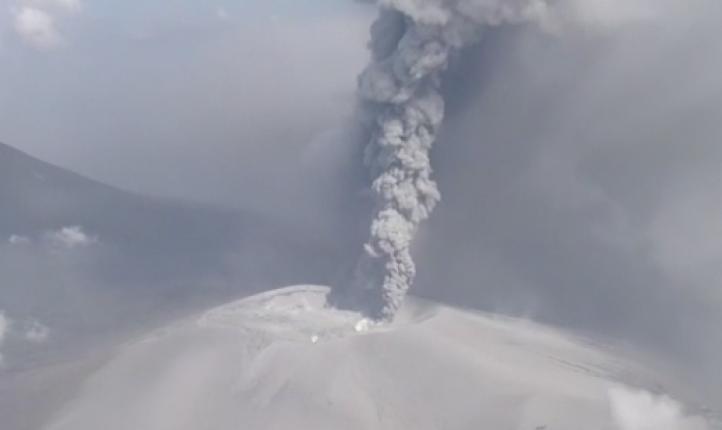 Volcán japonés entra en erupción