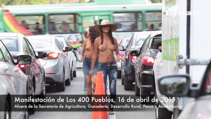 Bailando semidesnudos, integrantes de Los 400 Pueblos se manifiestan afuera de Sagarpa