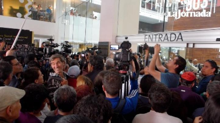 Cancelan conferencia de prensa de Aristegui por tumulto
