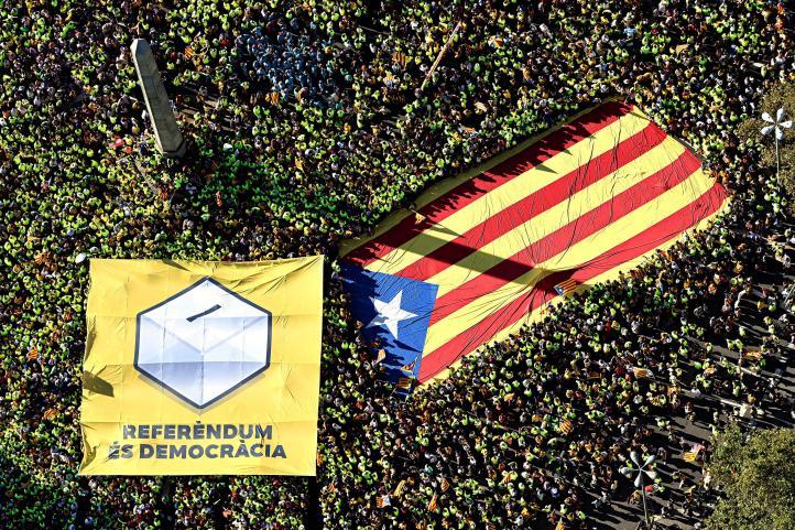 Miles de catalanes se manifiestan por referendo de independencia