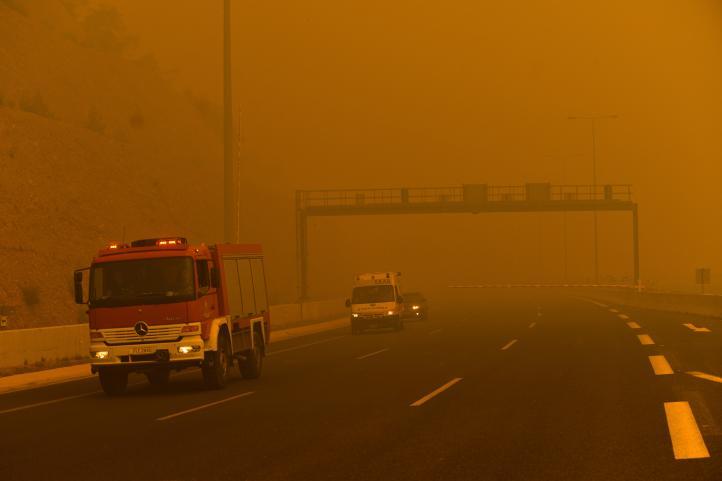 Evacuan a residentes por incendio en bosque de Grecia