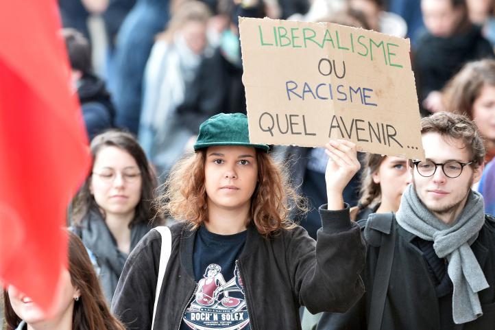Policías dispersan a estudiantes que protestaban contra Le Pen