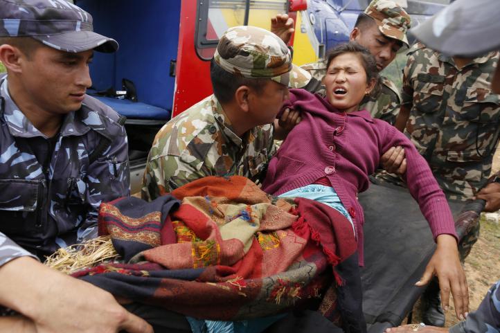 Nepal: Rescatan heridos de aldeas remotas tras terremoto