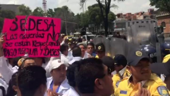 Granaderos repliegan marcha de trabajadores de Salud