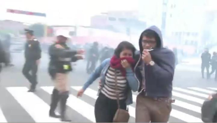 Estudiantes y policías se enfrentan en Lima