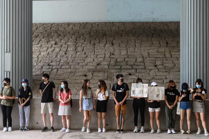 Estudiantes forman cadenas humanas como protesta en Hong Kong