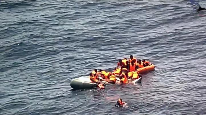 Rescatan a migrantes tras incendio de balsa en el  Mediterráneo