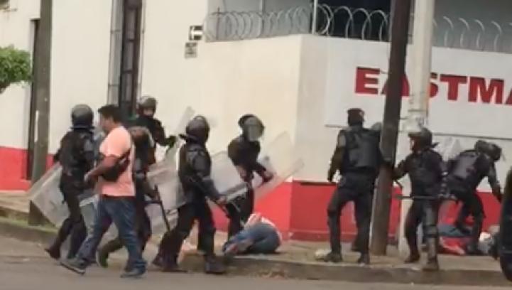 Michoacán: Policías golpean a quienes exigen liberación de supuestos miembros de la Fuerza Rural